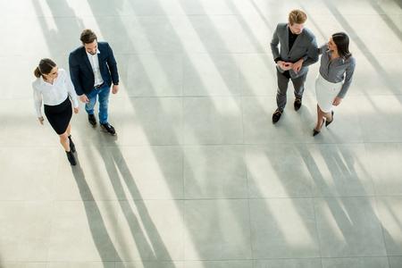 personas caminando: Los jóvenes en la oficina