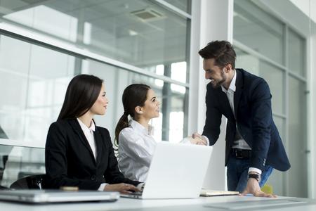 grupos de personas: Los jóvenes que trabajan en la oficina