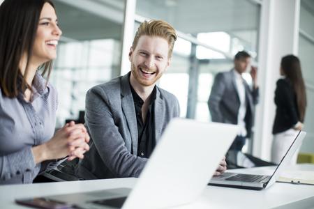 ejecutiva en oficina: Los jóvenes que trabajan en la oficina