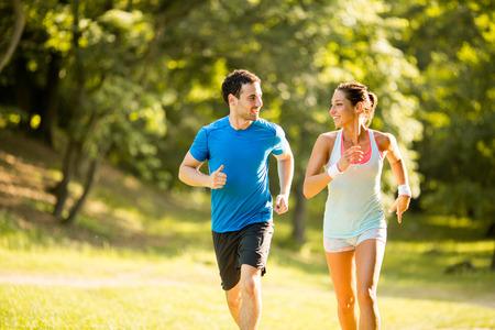 Young couple running Foto de archivo