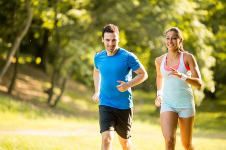 Young couple running 版權商用圖片