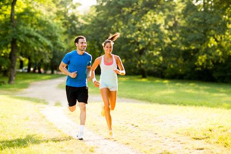 Young couple running Standard-Bild