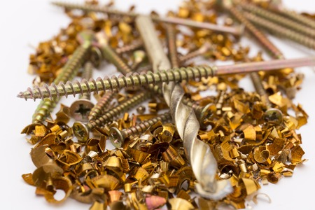 tornillos: virutas de metal y tornillos