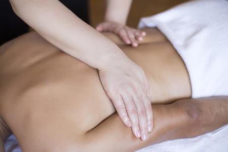 massage huile: Jeune homme ayant un massage Banque d'images
