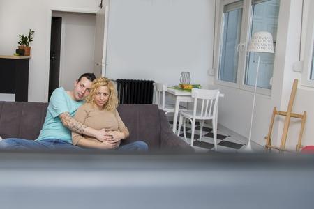 pareja viendo tv: Amante de la pareja viendo la televisi�n Foto de archivo