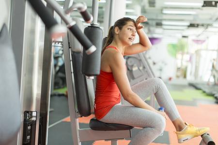 Entrenamiento de la mujer joven en el gimnasio