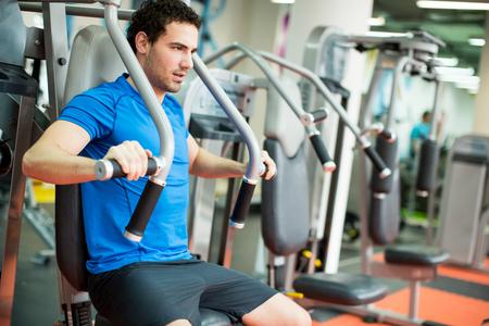 ejercicio: Entrenamiento del hombre joven en el gimnasio Foto de archivo