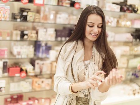 Mujer bonita joven en perfumería Foto de archivo