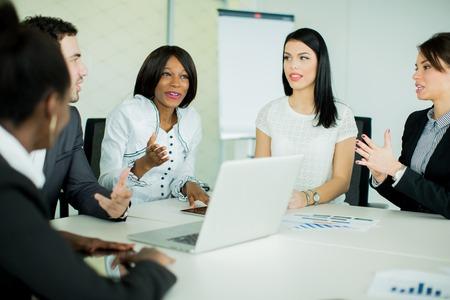 personas trabajando: Los jóvenes que trabajan en la oficina