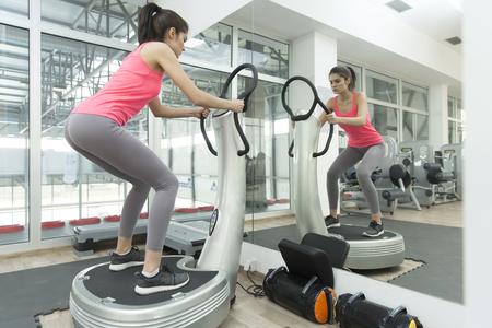 체육관에서 젊은 여자 훈련