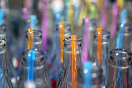 botellas vacias: Las botellas vac�as y pajitas