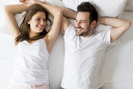 mujer en la cama: Pareja joven amante en la cama