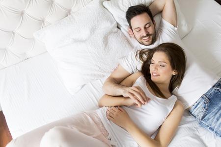 chambre � coucher: Jeune couple amoureux dans le lit