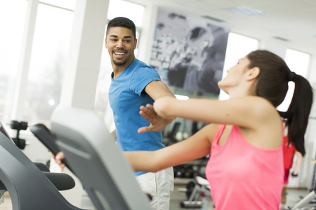 exercice: Young couple training together in the gym