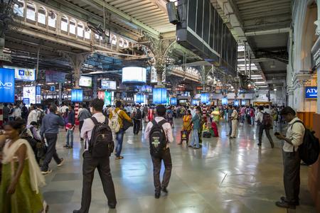뭄바이, 인도 -2009 년 10 월 9 일 : 뭄바이, 인도에서 Chhatrapati Shivaji erminus 철도 역 플랫폼에서 미확인 된 사람. Chhatrapati Shivaji Terminus는 유네스코 세계 문화 유산으로 등록되어 있으며 인도의 Mumbai Maharashtra에있는 역사적인 기차역입니다. 스톡 콘텐츠 - 55336857