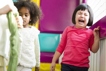 幼稚園で泣いている小さな女の子のビュー