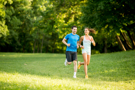 Young couple running Banque d'images