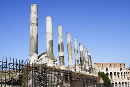 columnas romanas: columnas romanas cerca del Coliseo de Roma en Italia