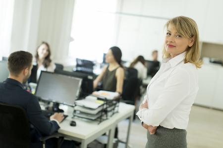 affaires senior debout dans le bureau avec ses bras croisés