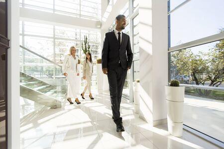 ejecutivo en oficina: la gente multiétnica jóvenes caminando en la oficina