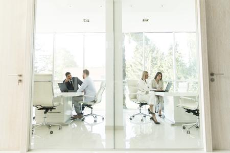 Junge gemischtrassige Leute im Büro