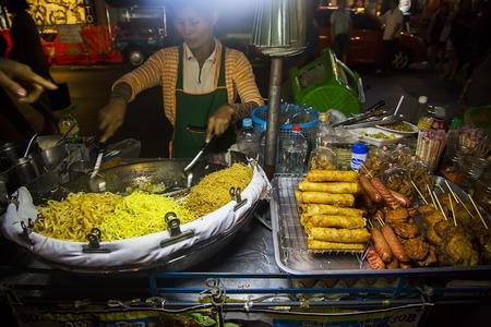 방콕, 태국 -2 월 13 일, 2016 : 방콕에서 거리에 음식을 판매하는 알 수없는 여자. 길거리 음식은 방콕 경험의 전형적인 일부입니다. 에디토리얼