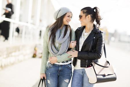 Twee vrouwen lopen samen op straat