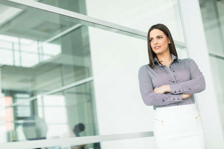 businesswoman standing: Businesswoman standing with her arms crossed