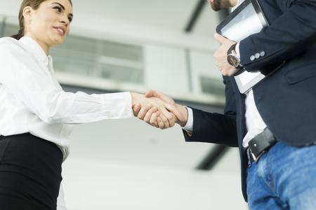ビジネスの人々 はオフィスで握手