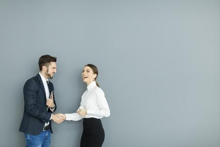Business people shaking hands in the office Foto de archivo