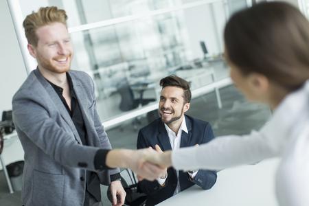 Les gens d'affaires se serrant la main dans le bureau