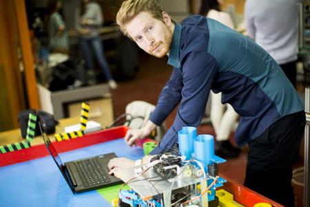 competencias laborales: Ingeniero que trabaja en la máquina en la fábrica