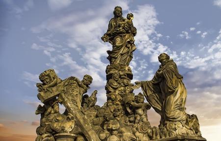 カレル橋でプラハ、チェコ共和国にマドンナとセント ・ バーナードの像