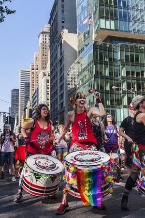 transexual: NUEVA YORK, EE.UU. - 25 de junio 2016: Personas no identificadas en el dique de marzo en Nueva York. Esto sobre todo lesbianas marcha de protesta dirigida se llevó a cabo por primera vez en Washington el 24 de abril de 1993 Editorial