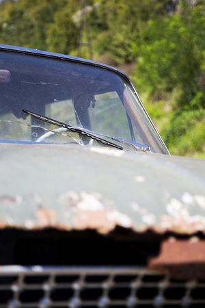 metalschrott: Nahaufnahme Detail der alten rostigen verlassenen Auto Lizenzfreie Bilder