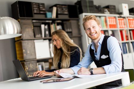 robo: Los jóvenes empresarios que están en la oficina y el trabajo conjunto