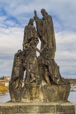 聖キリルと聖メトディウス カレル橋でプラハ、チェコ共和国の彫像