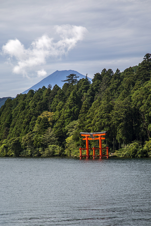The red torii in Lake Ashi, Hakone,Japan Standard-Bild