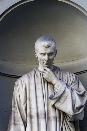 Mening bij Niccolo Machiavelli standbeeld in Florence, Italië