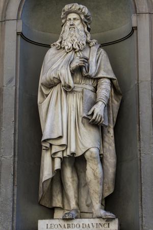 leonardo da vinci: View at Leonardo da Vinci statue in Florence, Italy