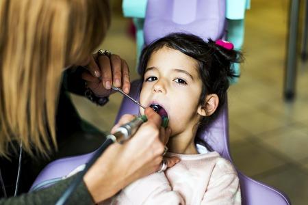 Meisje dat tandbehandeling in tandartskantoor krijgt