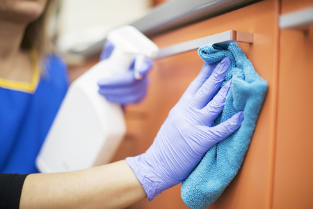 歯科医院での清掃作業をプロのメイドの女性
