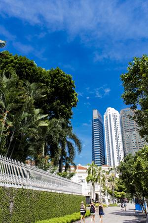 シンガポール - 2014 年 8 月 6 日: シンガポールの通り正体不明の人々。シンガポールは以上 500 万の人々 にグローバルな金融センターです。