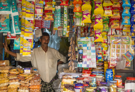 ケララ, インド - 2015 年 10 月 16 日: ケララ州、インドの店で正体不明の男。ケララ州は、以上 3400 万人とインドの状態です。