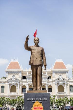 Estatua chi ho chi en frente del centro de ho chi minh en vietnam Foto de archivo - 76558117