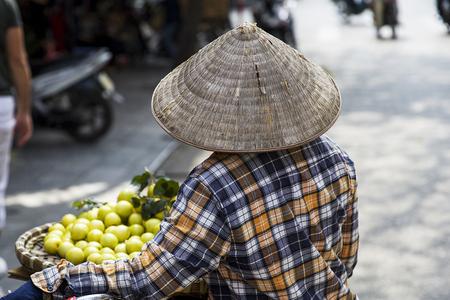 ハノイ, ベトナム - 2017 年 3 月 2 日: 正体不明の男通りのハノイ、ベトナムの。ハノイ、ベトナムの首都であり、750万人以上の市民を持っています。