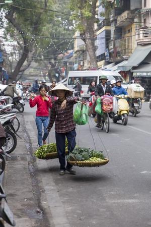 ハノイ, ベトナム - 2017 年 3 月 2 日: ベトナム ・ ハノイの通り正体不明の人々。ハノイ、ベトナムの首都であり、750万人以上の市民を持っています。
