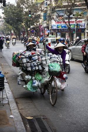 ハノイ, ベトナム - 2017 年 3 月 2 日: 正体不明の女性商品を取ってハノイ、ベトナムの市場に。ハノイ、ベトナムの首都であり、750万人以上の市民を 報道画像