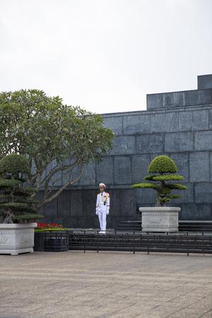 하노이, 베트남 - 2017 년 7 월 17 일 : 하노이, 베트남 호치민 묘소에서 미확인 된 가드. 묘소 하노이의 중요 한 역사적 매력이며 1975 년 8 월 29 일에 열립