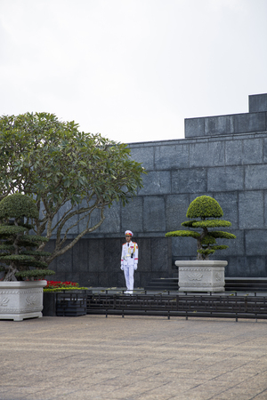 HANOI, VIETNAM - GEBRUARY 17, 2017: Unidentified guard at Ho Chi Minh Mausoleum in Hanoi, Vietnam. Mausoleum is an important historical attraction of Hanoi and was opened at August 29, 1975. Reklamní fotografie - 81395417
